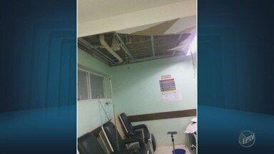 Paciente tem ferimento leve no braço após queda de forro de gesso em UPA de Indaiatuba - Acidente aconteceu quando mulher recebia atendimento em sala de medicação na UPA Doutor Paulo Kóide na madrugada desta quinta-feira (4).