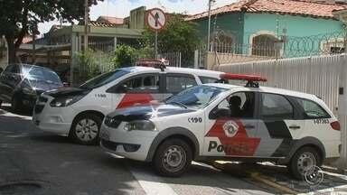 Polícia Civil investiga circunstâncias da morte de casal em Sorocaba - A Polícia Civil investiga o caso do casal que foi encontrado morto com marcas de tiros dentro de uma casa, no Centro de Sorocaba (SP), nesta quarta-feira (3).