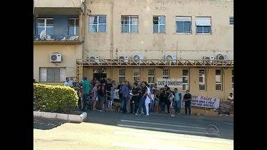 Funcionários do hospital de Rosário do Sul paralisam as atividades por falta de pagamento - Os 225 funcionários reivindicam o pagamento do décimo terceiro salário além de direitos trabalhistas.