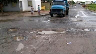 Buracos tomam ruas do bairro Jocafe, em Linhares, ES - Prefeitura de Linhares disse que Jocafe está na lista dos tapa-buracos.