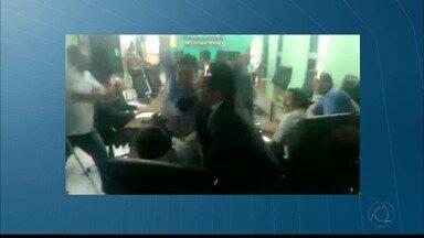 Socos e pontapés durante audiência na Câmara de Vereadores de Bayeux, na Paraíba - O deputado federal André do Amaral agrediu o vereador Betinho.