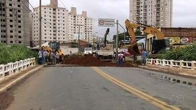 Por conta de erosão, ponte é interditada mais uma vez na Avenida Marechal Rondon - É a segunda que a estrutura sofre com o problema.