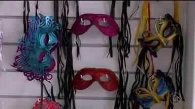 Lojistas de Petrolina começaram a preparar o estoque de produtos do carnaval - Os foliões podem garantir o visual para curtir a festa.