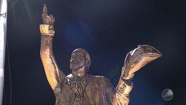 Estátua do poeta Gregório de Mattos é inaugurada em Salvador - Imagem fica próxima à de outro poeta: Castro Alves, no centro da cidade.