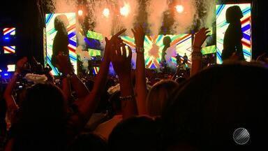 'Baile da Santinha': veja como foi o primeiro ensaio de Léo Santana em 2018 - A festa reuniu convidados de vários estilos; confira.