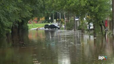 Lago Igapó transborda por causa da forte chuva em Londrina - Chuva também causou transtornos em bairros.