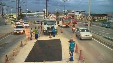 Obras seguem em tubulação que se rompeu na Alameda Cosme Ferreira em Manaus - Problema teve início na sexta (5). Abastecimento de água foi afetado no Coroado.