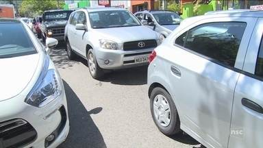 Com a temporada de verão, Florianópolis registra aumento de filas e congestionamentos - Com a temporada de verão, Florianópolis registra aumento de filas e congestionamentos