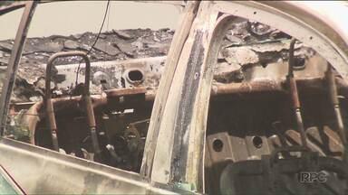 Carro incendiado com corpo dentro é encontrado na região de Campo Largo - A polícia suspeita que o corpo seja de um policial militar que está desaparecido.