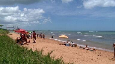 Banhistas aproveitam o dia de sol forte no litoral de Aracruz, ES - Tempo ficou firme durante todo o sábado (6).