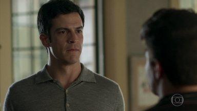 Júlio acusa Eric de só pensar em dinheiro - Os dois não chegam a um acordo sobre o exame de DNA e Júlio pede que Eric vá embora de sua casa