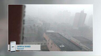 Telespectadores gravam a chuva forte em Cascavel - A chuva veio acompanhada com vento e até granizo.