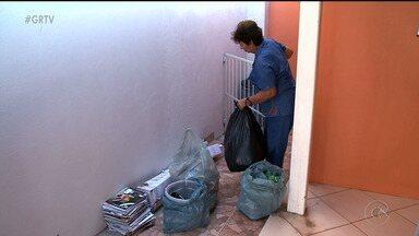 Muita gente ainda não pratica a coleta seletiva do lixo - Além de ajudar o meio ambiente, quem tem o hábito da coleta seletiva, também ajuda a evitar acidentes.