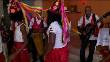 Moradores de um quilombo em Santa Maria da Boa Vista preservam tradição do século 18 - Até hoje a tradição mexe com os moradores do local.