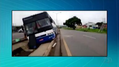 Ônibus lotado cai em vala após inseto entrar no olho do motorista - Ônibus lotado cai em vala após inseto entrar no olho do motorista