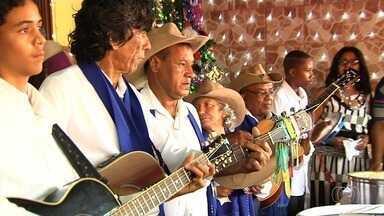 Grupo mantém viva a tradição da Folia de Reis em Goiânia - Cantoria é uma das marcas dos foliões ao chegarem às casas.