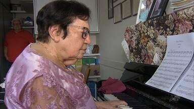 Aos 91 anos, idosa fala 6 linguas, trabalha e toca multiplos instrumentos musicais - Ela diz que o segredo é não para de estudar e confiar em Deus.