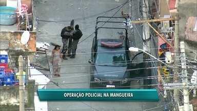 Policiais retiram barricadas durante operação na Mangueira - Os batalhões de Choque e com Cães fazem uma operação na Mangueira, na manhã desta quarta-feira (10).
