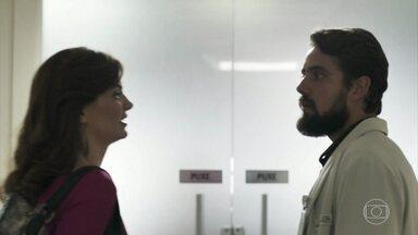 Leandra vai ao hospital falar com Duda - Ela pede ajuda a Renato para conversar a sós com a amiga