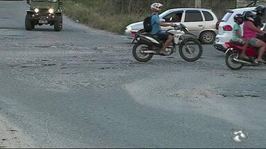 Motoristas reclamam de buracos na BR-232, em Caruaru - Pista local dá acesso a bairros da cidade.