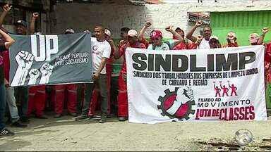 Garis protestam contra atraso no pagamento de salários, em Caruaru - Em assembleia realizada nesta quinta-feira (11), categoria decidiu paralisar atividades.
