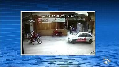 Homem é assaltado em calçada em Santa Cruz do Capibaribe - Ação foi registrada por câmeras de segurança.