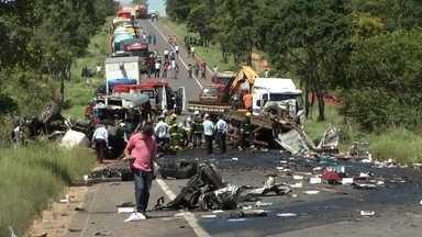 """Passageira de ônibus com 11 vítimas relembra acidente: 'Só ouvi gritos"""" - O acidente foi na BR-251, entre as cidades de Grão Mogol e Salinas,no norte de Minas Gerais. Um caminhão invadiu a contramão e bateu na lateral de um ônibus. Em seguida, atingiu uma carreta que transportava cadernos."""