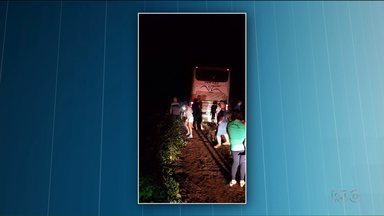 Homens armados fazem motorista levar ônibus até estrada rural - Os bandidos desistiram do crime depois que perceberam que os passageiros voltavam de uma romaria