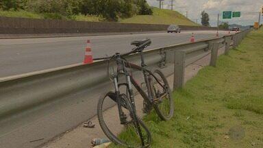 Ônibus invade pista contrária e atinge dois ciclistas em Campinas, SP - Acidente aconteceu na Rodovia Anhanguera (SP-330).