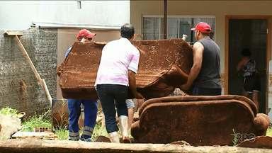 Mais de cinquenta pessoas deixam as casas por causa da chuva em Umuarama - Chuva também abriu uma cratera próximo ao poliesportivo. Rua foi parcialmente interditada.