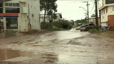 Fortes chuvas causam estragos em Balsas - Nesta segunda-feira (15), algumas pessoas não puderam sair de casa por causa das ruas alagadas.
