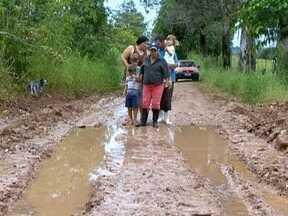 Caminhão fica atolado em estrada na zona rural de Presidente Prudente - Períodos de chuva pioram a situação no local.
