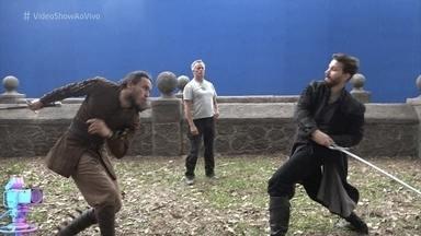 Confira os bastidores da cena de duelo entre Virgílio e Afonso em 'Deus Salve o Rei' - Os personagens de Ricardo Pereira e Rômulo Estrela disputam o amor de Amália. Atores mostram como foi a preparação e a coreografia para a gravação da cena