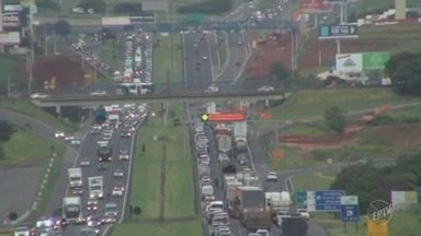 Carro pega fogo no final da tarde na rodovia Dom Pedro - Congestionamento chegou a três quilômetros e ninguém se feriu.