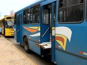 Elevador de ônibus trava e causa transtorno a cadeirante - Mãe e filho só conseguiram sair do transporte com a ajuda de outros passageiros.