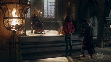 Afonso se senta no trono que era de sua avó - Ele conta para Rodolfo e Cássio o que lhe aconteceu