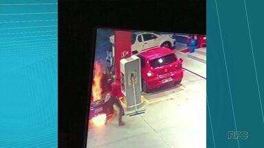 Carro pega fogo em posto de combustíveis de Ponta Grossa - O veículo começou a pegar fogo enquanto era abastecido. Apesar do susto, ninguém ficou ferido.