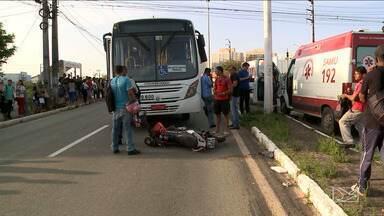 Acidente em ônibus deixa trânsito congestionado em São Luís - Coletivo bateu em uma moto, no bairro Cohafuma. O motociclista foi atentido e levado a um hospital com uma fratura no ombro.