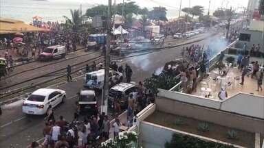 Festa na orla de Itaparica, em Vila Velha, termina em confusão - Evento foi organizado por um quiosque. Polícia Militar usou a cavalaria e até tiros de bala de borracha para dispersar a multidão, na tarde deste domingo (14).