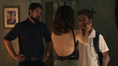 Tomaz visita Clara e diz que sentiu saudades dela - Josafá ensina Tomaz a soltar pipa e conta histórias sobre o Jalapão