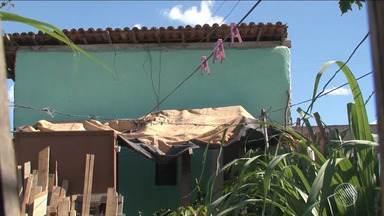 Pai agride filho de 6 anos com golpes de vassoura em Feira de Santana - A criança recebeu 21 pontos na cabeça e continua internada.