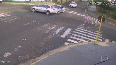 Moradores do interior de SP usam câmeras para registrar acidentes - Cansados de tantos acidentes, eles usam as imagens para cobrar mudanças no trânsito e mais fiscalização das autoridades. Flagrantes são impressionantes.