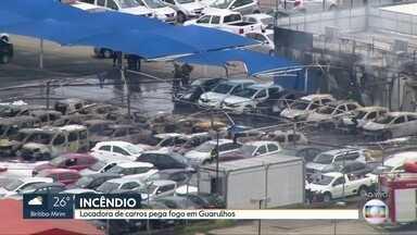 Incêndio atinge locadora de veículos em Guarulhos - Segundo o Corpo de Bombeiros, pelo menos 40 carros pegaram fogo e ficaram completamente destruídos. A empresa fica próximo ao Aeroporto de Cumbica.
