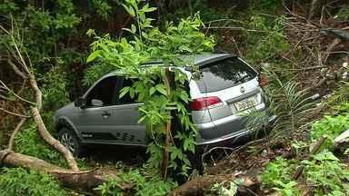 Homem sai ileso após dormir ao volante e carro ir parar em ribanceira em Santarém - Acidente aconteceu na manhã desta segunda (15), perto do viaduto.