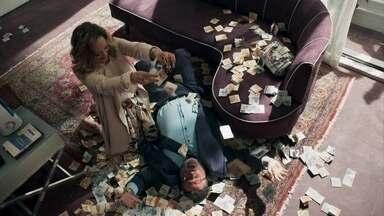 Diego estranha ao ver Nádia com dinheiro escondido na roupa - Nádia e Gustavo comemoram a propina de Sophia e já planejam ganhar mais com o processo de guarda de Tomaz