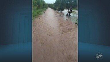Chuva causa estragos e arrasta carro em Mogi Guaçu - Choveu granizo no início da noite de terça-feira.