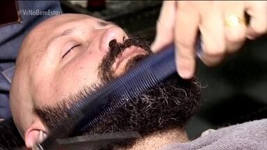Clima descontraído atrai mais homens para as barbearias - Elas foram repaginadas para atender a nova e exigente geração de homens. O cliente chega para tomar cerveja, bater papo e também para fazer a barba.