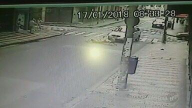 Imagens mostram atropelamento de 2 adultos e 1 criança no centro de Campinas (SP) - Acidente aconteceu na manhã desta quarta-feira (17) e foi registrado por telespectador que trabalha na região