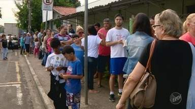 Procura pela vacina da febre amarela em Hortolândia (SP) gera fila em posto de saúde - Habitantes da cidade amanheceram na fila do posto de saúde Santa Clara para tomar a vacina. Segundo a OMS, o estado de São Paulo é área de risco da doença