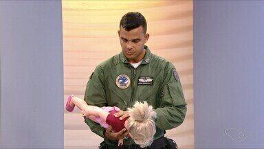Policial salva bebê com parada respiratória em Jacaraípe; veja vídeo - Caso aconteceu em Jacaraípe. Policial militar do NOTAer usou manobras de resgate que aprendeu no curso de formação.